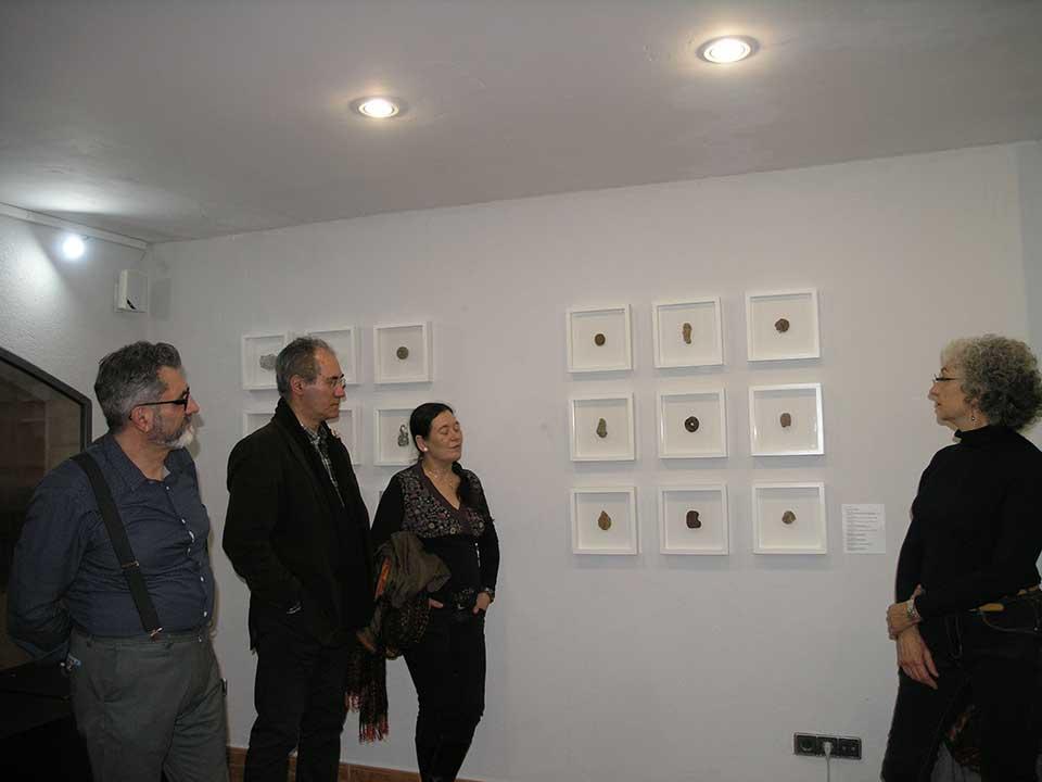 """Visitants admirant la col·lecció """"Despulles"""" de Josep Maria Compte"""