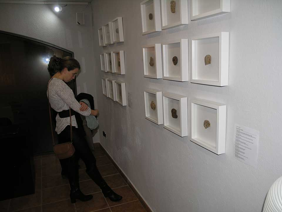 Woman admiring some of the Josep Maria Comptes' art pieces showned in l'Escala.
