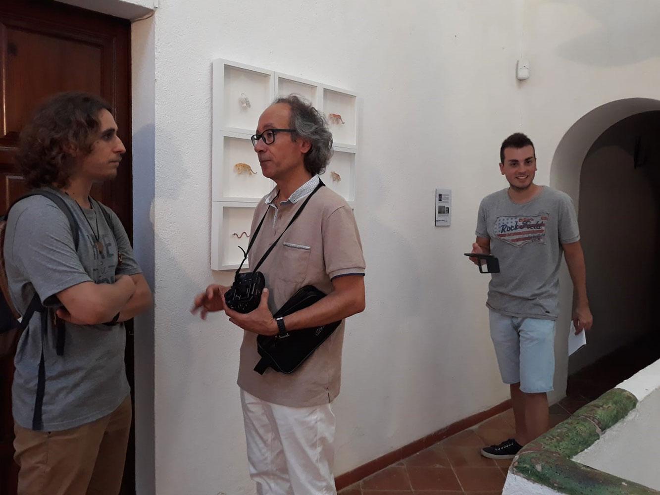 Josep Maria Compte conversant amb la premsa a Consciències Naturals