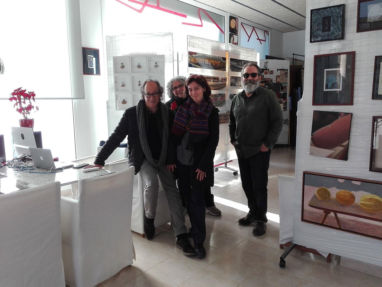 L'artista plàstic Compte amb visitants davant d'una de les seves obres.