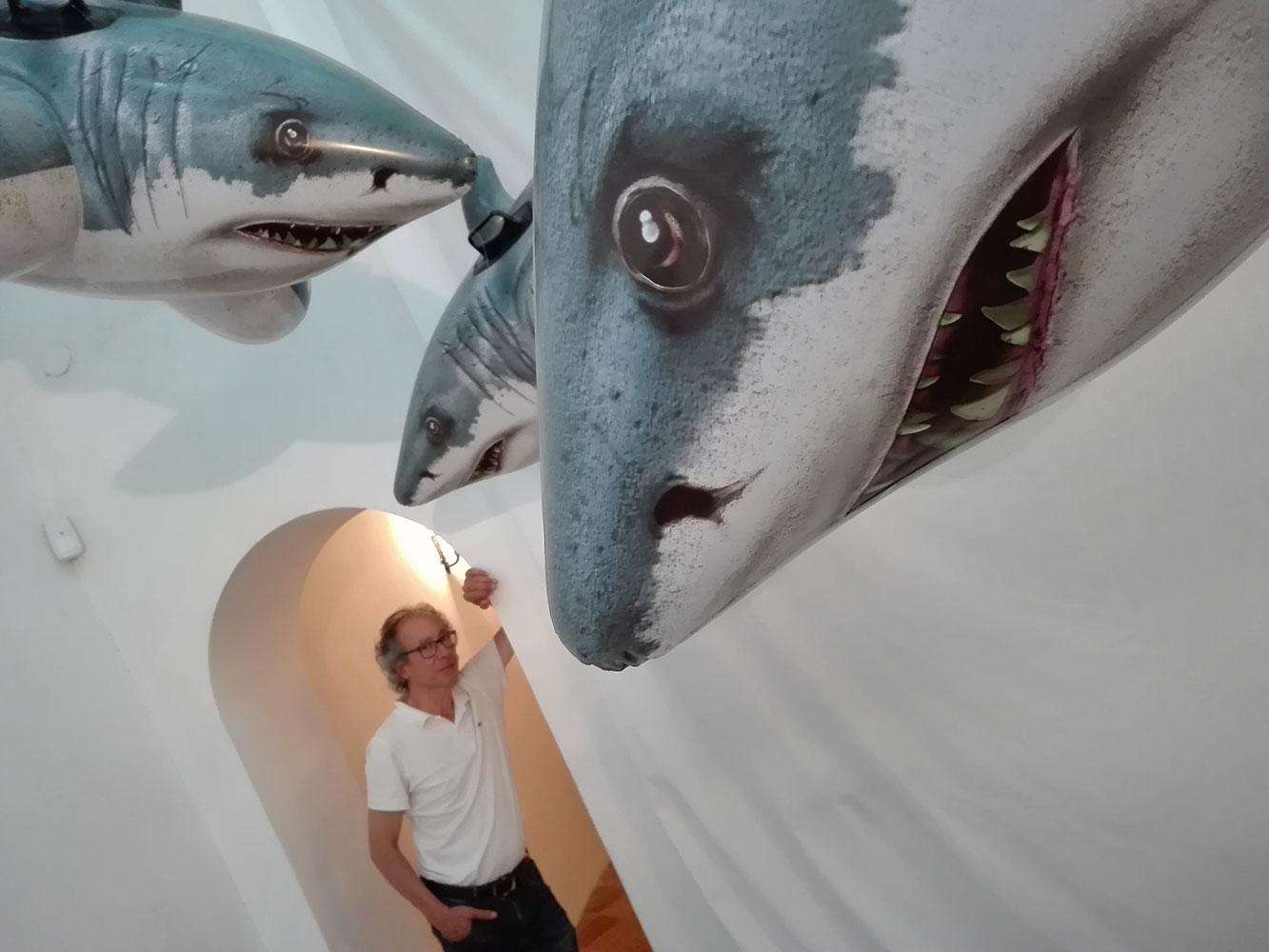 Josep Maria Compte amb els taurons de Colors & Animals
